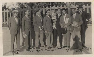 Salvador Dalí, con 23 años, posa junto a su amigo Federico García Lorca y un grupo de escritores de la revista L'Amic de les Arts. Bajo el brazo el artista sostiene el número de junio de Science and Invention.