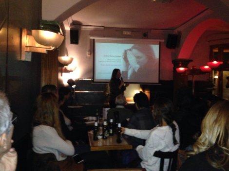 Andrea Martos, comenzando su charla. Foto: Twitter, @UAM_Gazette