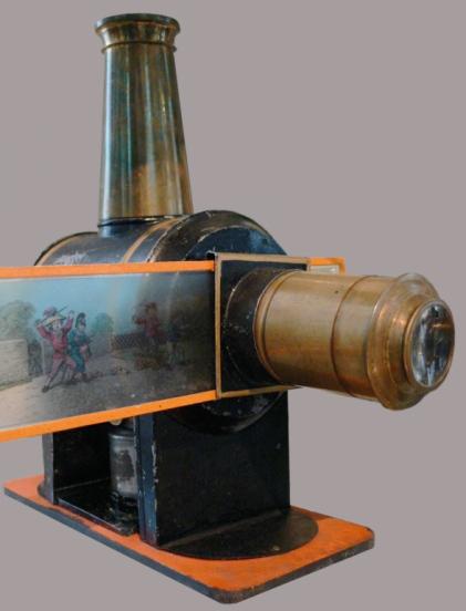 Linterna mágica con su característica chimenea necesaria para la correcta combustión de la lámpara de aceite. Fotografía de Andreas Praefcke
